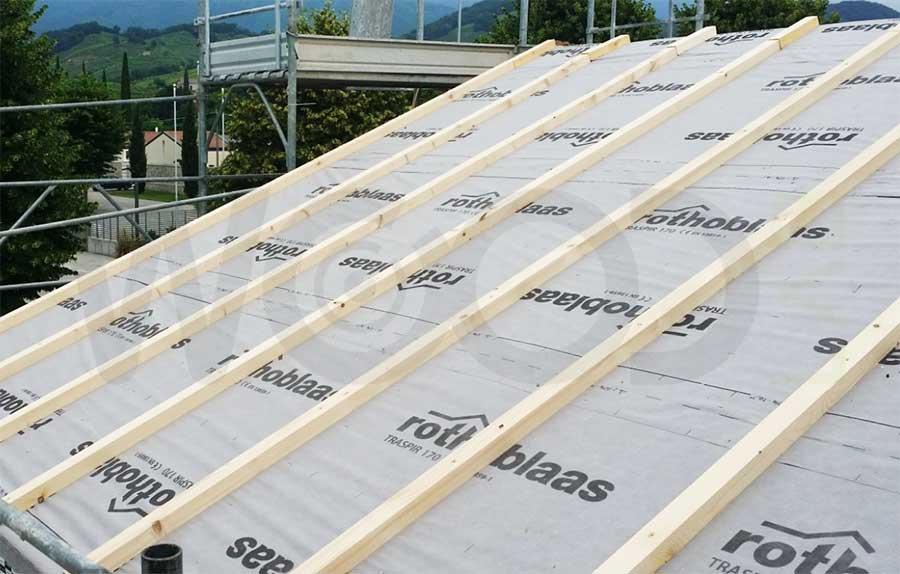 posa dei listelli di areazione del tetto ventilato