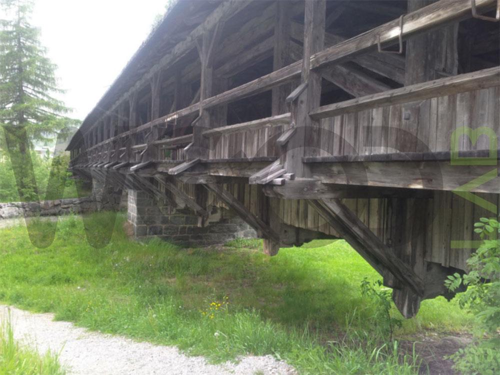 vista dal basso ponte di legno