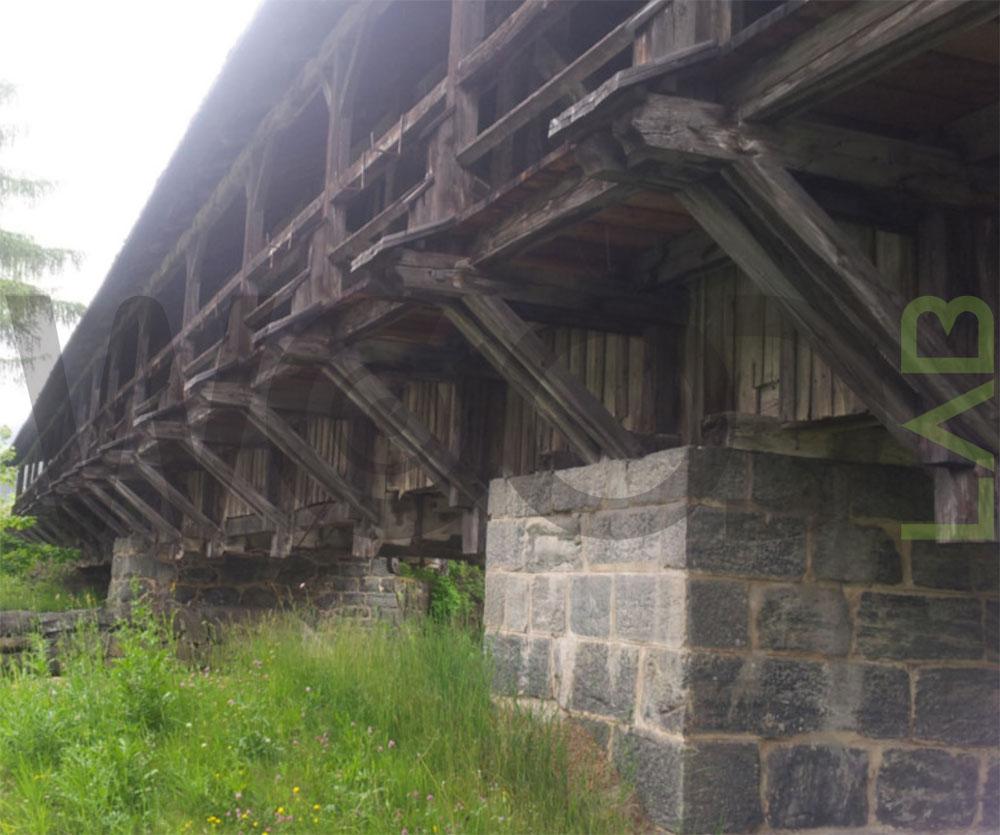 travi sotto ponte di legno