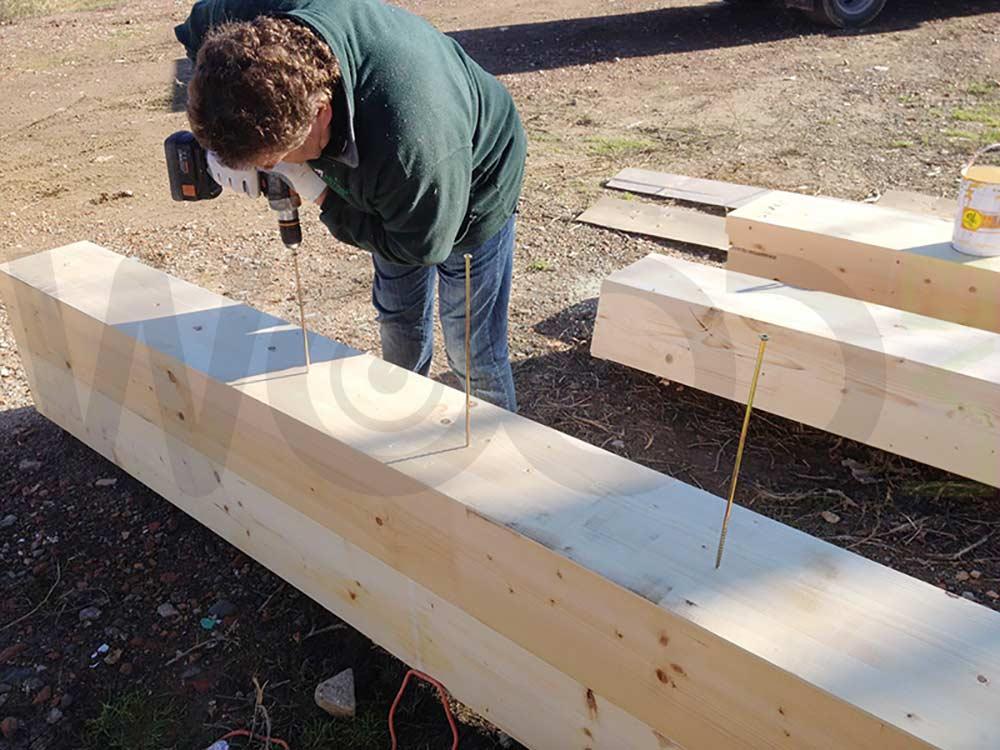incollaggio travi per tetto casa in legno