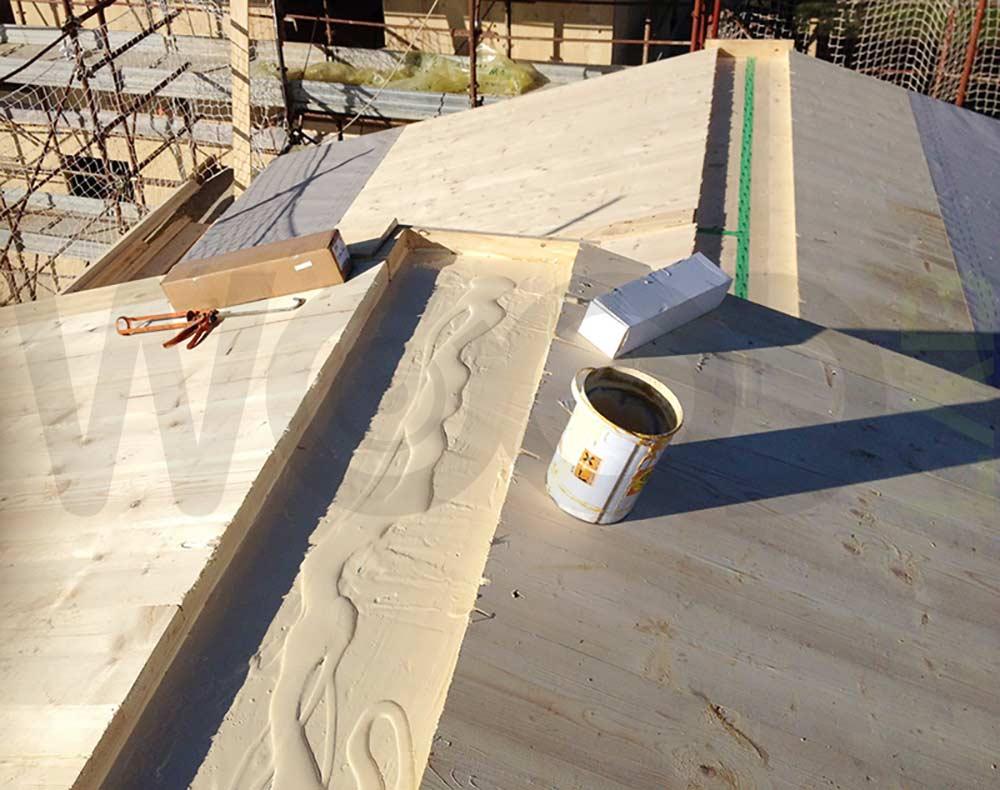 tetto di casa in legno con colla epossidica